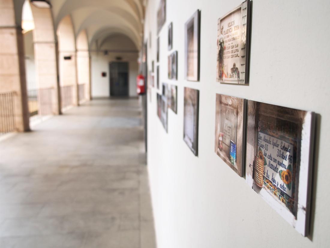 "Serie ""desUniforme"". Bienal Olot de Fotografía 2016"